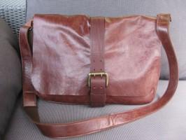 MacBook Pro Distressed HENRY Messenger Leather Bag